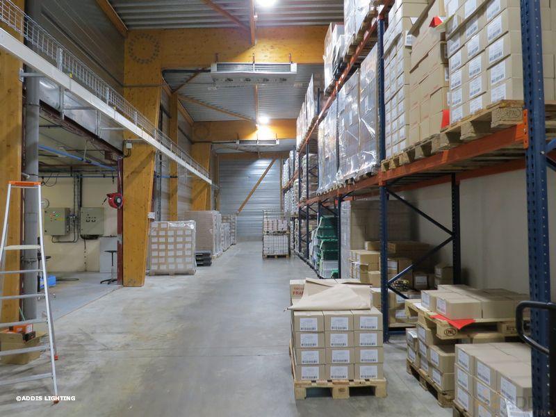 Eclairage led d'un entrepôt avec la gamme Quartz Compact d'ADDIS Lighting