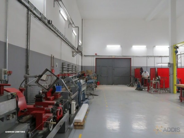 Eclairage led d'un atelier industriel avec des tubes led de la gamme OPALE ADDIS Lighting