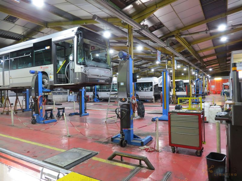 Eclairage led d'un atelier d'entretien mécanique avec la gamme QUARTZ Compact