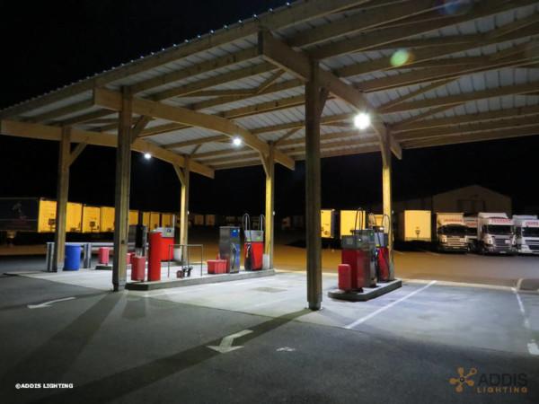 Eclairage d'une station service privée avec des projecteurs led de la gamme KUNZITE