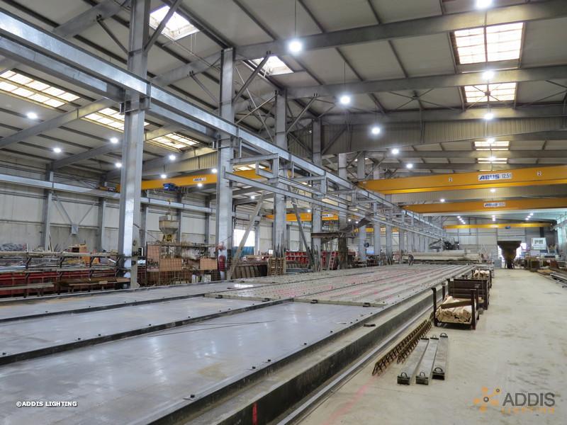 Equipement LED d'une usine délèments béton, armatures QUARTZ Compact