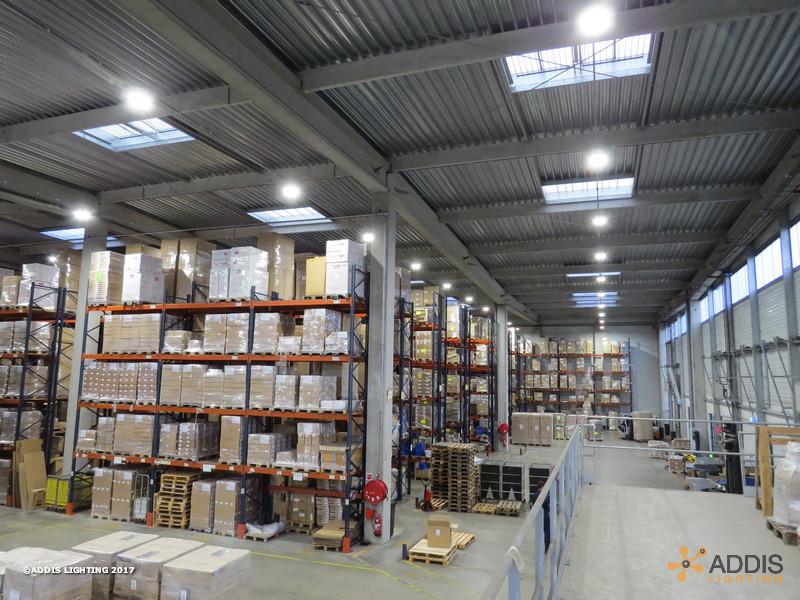 Rénovation en éclairage LED avec détecteur d'un entrepôt logistique