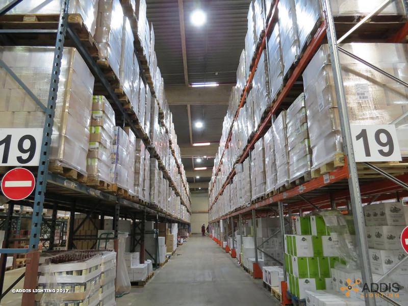Equipement Led d'un entrepôt avec rack de stockage